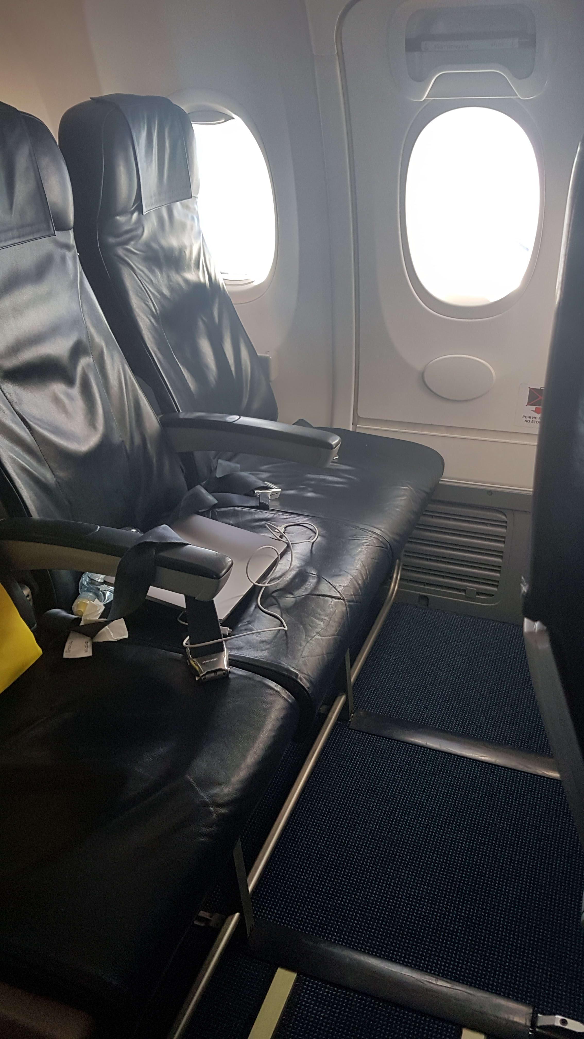 מושבי יציאת חירום, מטוס בואינג 737-800 של UIA האוקראינית
