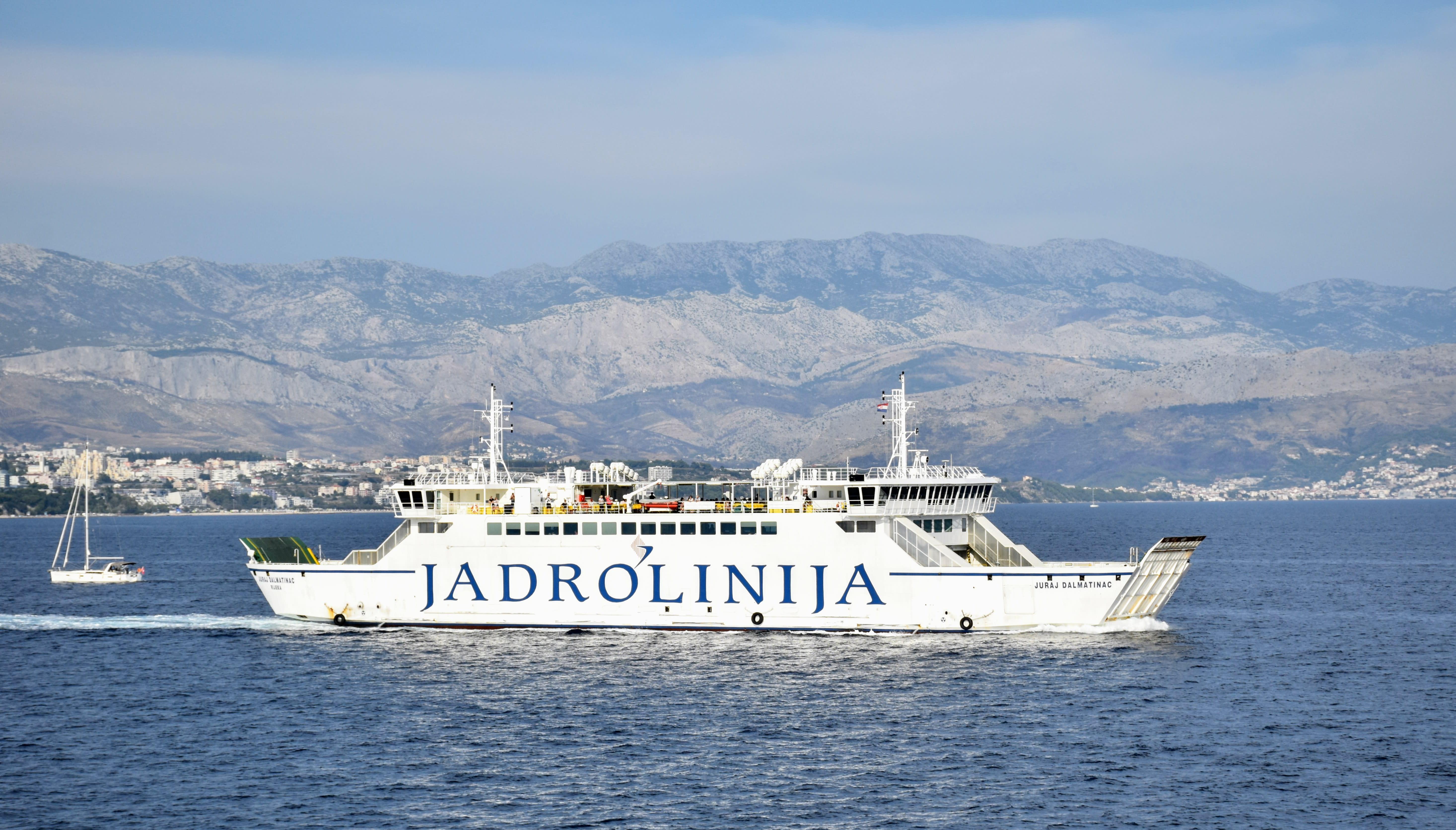 מעבורת של חברת Jadrolinija המאפשרת שייט בין האיים בקרואטיה עם רכב