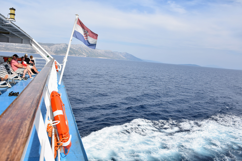 דגל קרואטיה על מעבורת בזמן הפלגה עם רכב