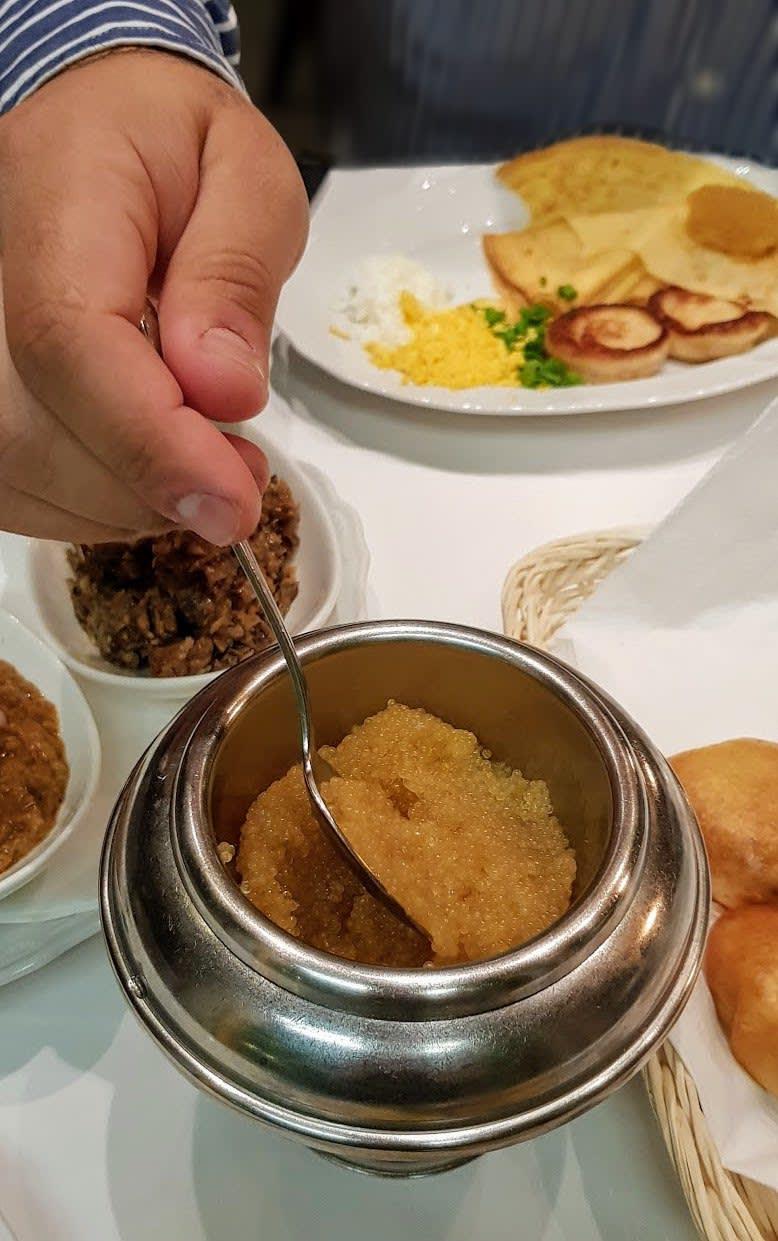 """קוויאר (""""איקראה"""") במסעדה במוסקבה, רוסיה"""