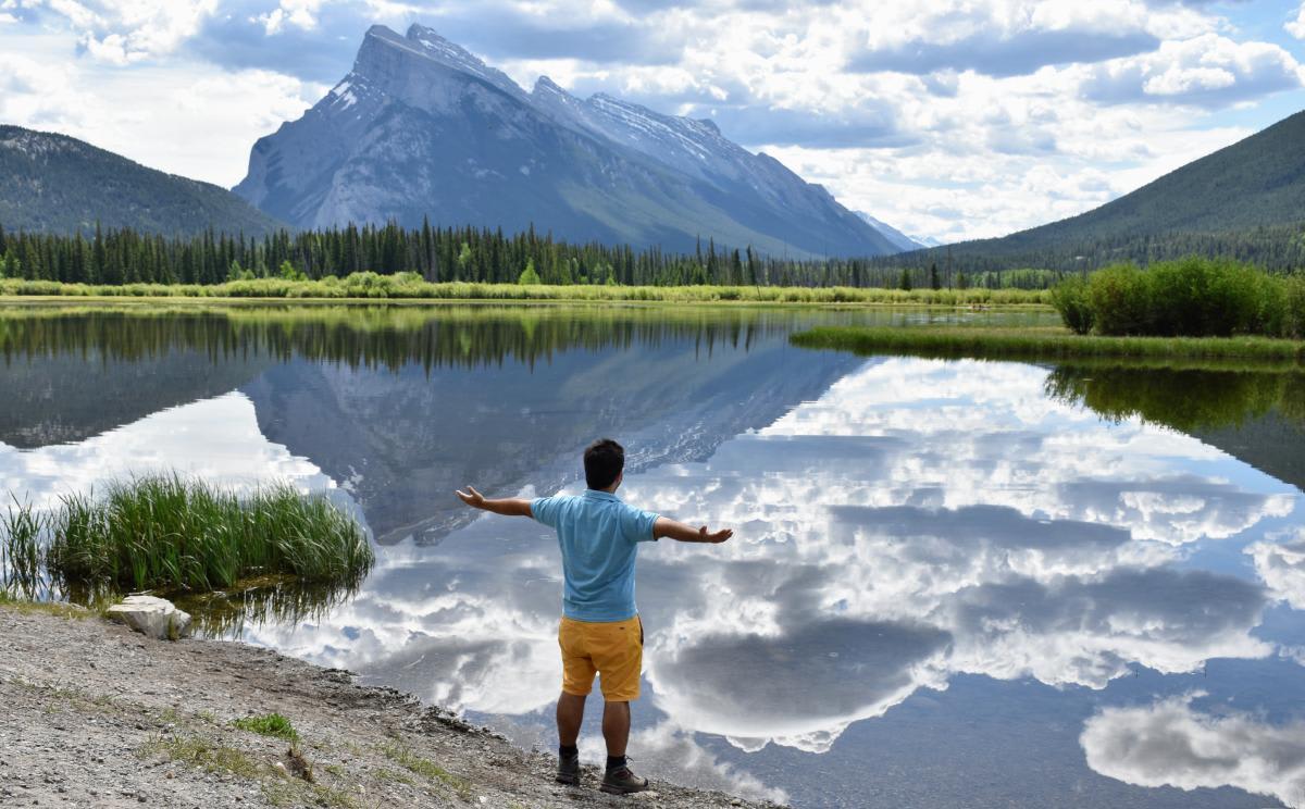 אחד האגמים בפארק הלאומי באנף בקנדה עם נוף להרים המושלגים
