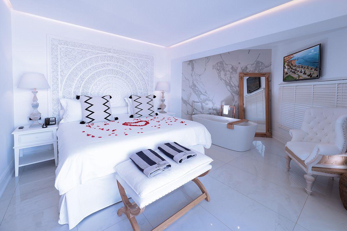 חדרי המלון מעוצבים בפרטי דקורציה בצבע לבן בוהק