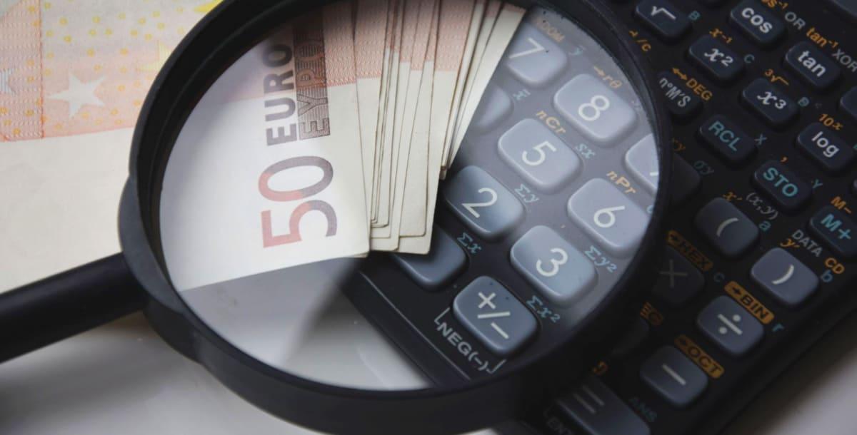 """מט""""ח בחו""""ל – איפה להמיר מזומן בזול והאם כדאי להשתמש בכרטיסי אשראי?"""