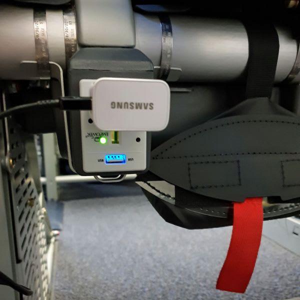 שקע חשמל במטוס עם מטען לפלאפון או למחשב