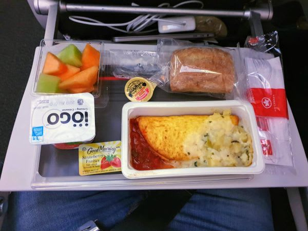 ארוחת בוקר המוגשת בטיסה מקנדה לישראל עם אייר קנדה