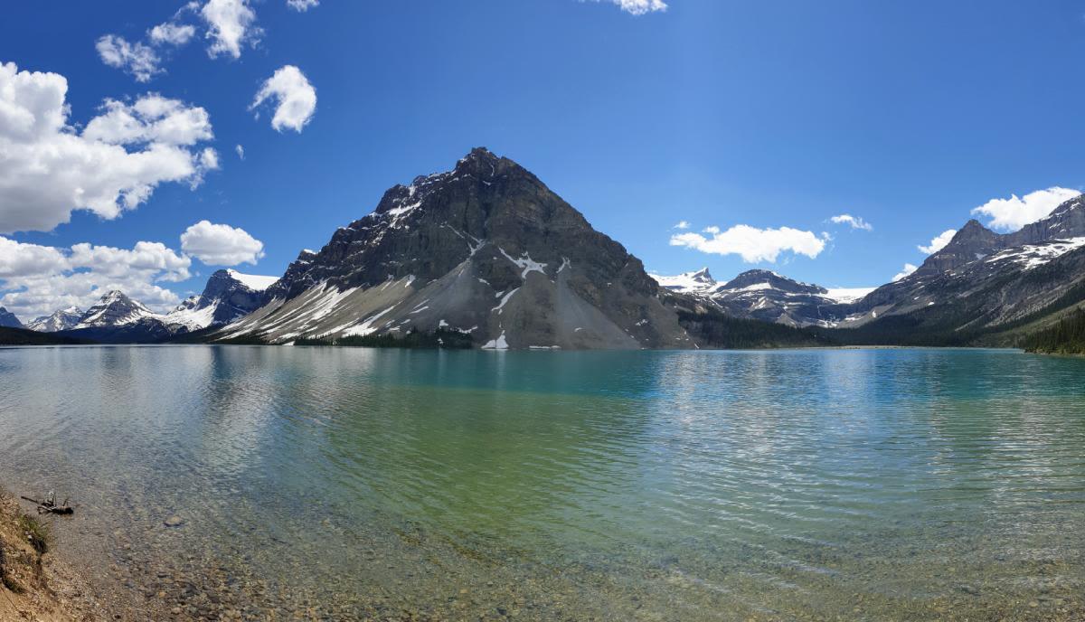 """אגם """"בו"""" (Bow Lake) בדרך אל מפלי קרחון ה-""""בו"""" (Bow Glacier Falls), באנף, קנדה"""