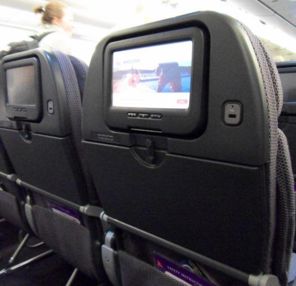 שקע USB במערכת המולטימדיה במטוס להטענת פלאפונים וטאבלטים