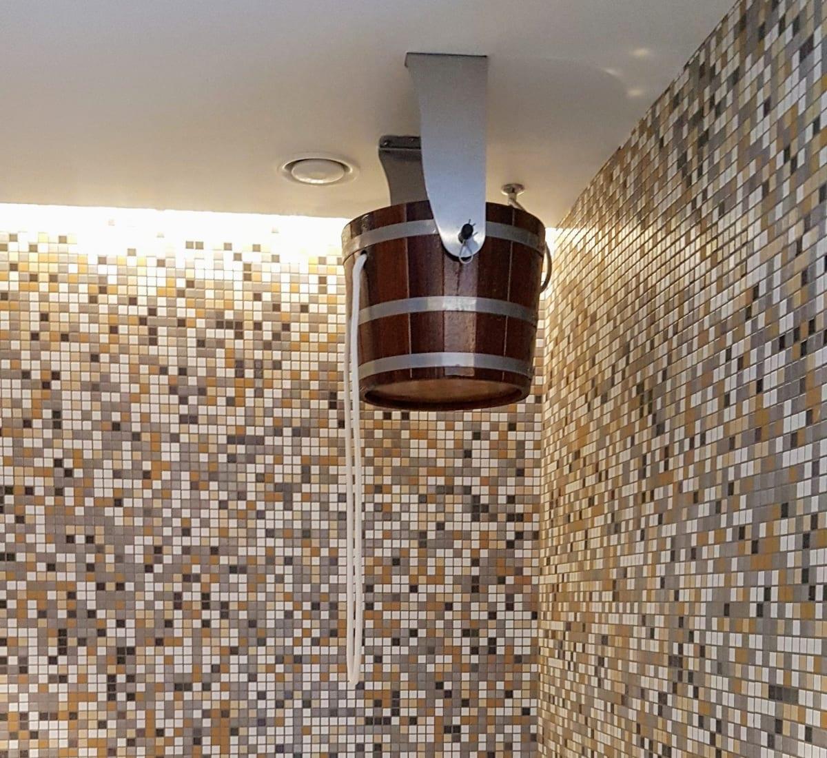 דלי מים קרים לשימוש בצאתכם מהסאונה במלון הספא האוסטרי