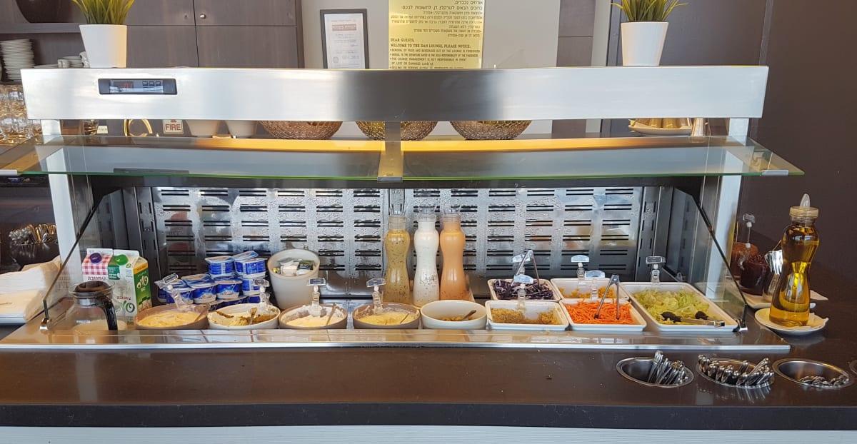 """בר אוכל בטרקלין דן, טרמינל 3, נתב""""ג - אפשר להכנס בחינם עם ישראכרט"""