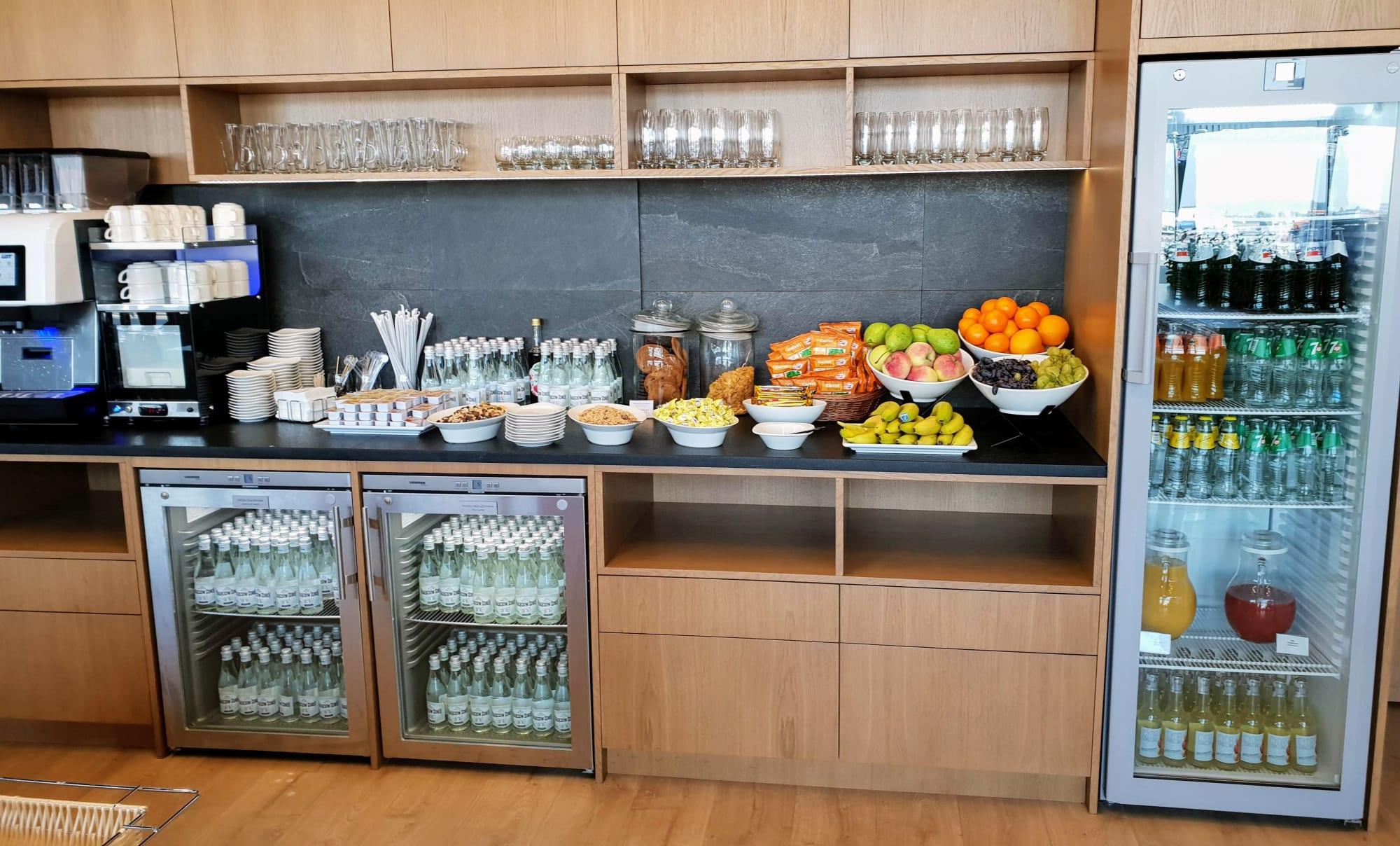 מגוון האוכל והשתיה המוצעים למבקרים בטרקלין LOT