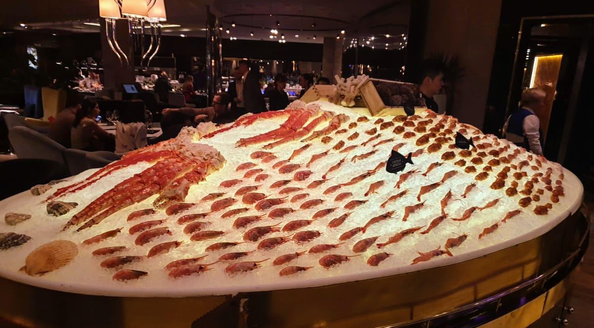 שרימפס וסרטנים מוצגנים כמו במוזיאון במסעדת ארווין במוסקבה