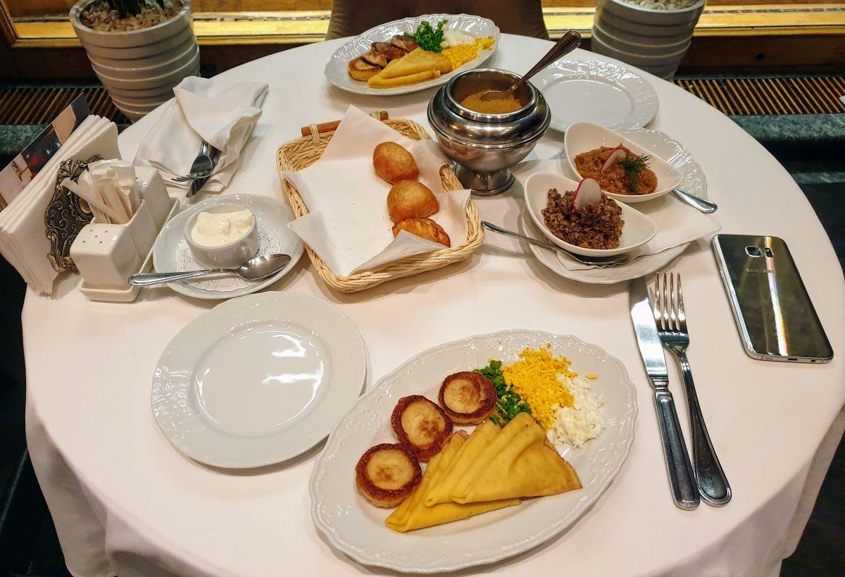 שולחן עם שלל המנות במסעדת Dr. Zhivago המומלצת במוסקבה, רוסיה