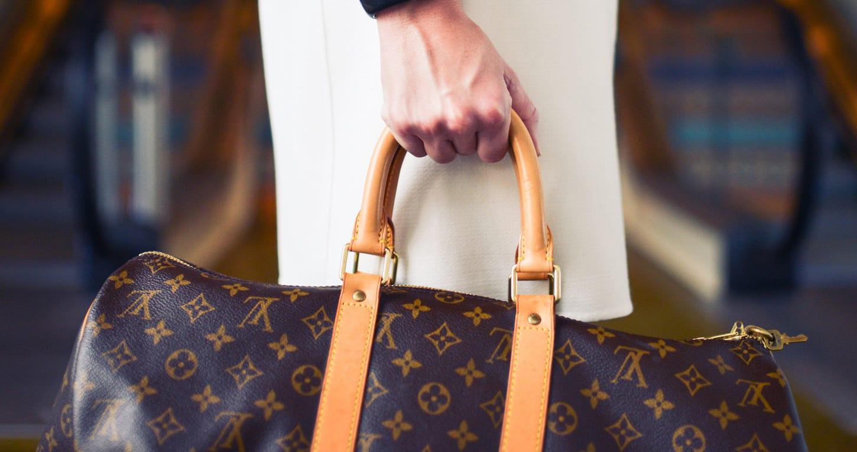 תיק של לואי ויטון, אחד ממותגי האופנה הצרפתיים הזמינים לשופינג בצרפת