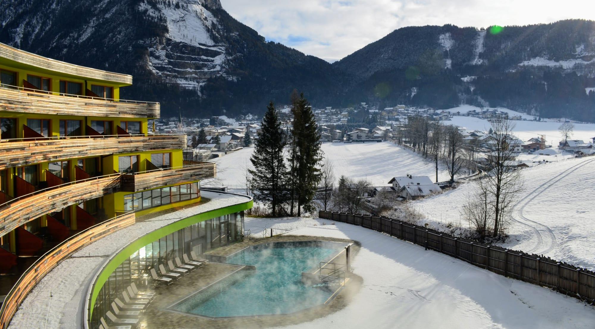 מלון דאס סיבן והבריכה החיצונית של המלון בשלג