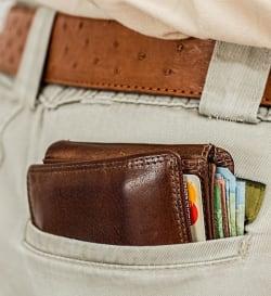 """ארנק עם כרטיס אשראי ומזומן מט""""ח בזמן נסיעה לחו""""ל"""