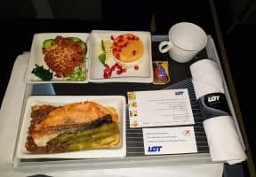 ארוחת צהריים בטיסת LOT מחלקת עסקים