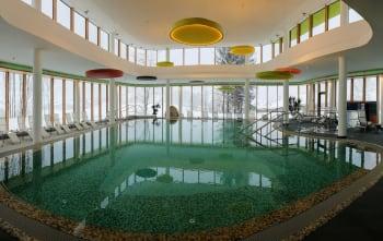 הבריכה המקורה במלון ספא ״דאס סיבן״