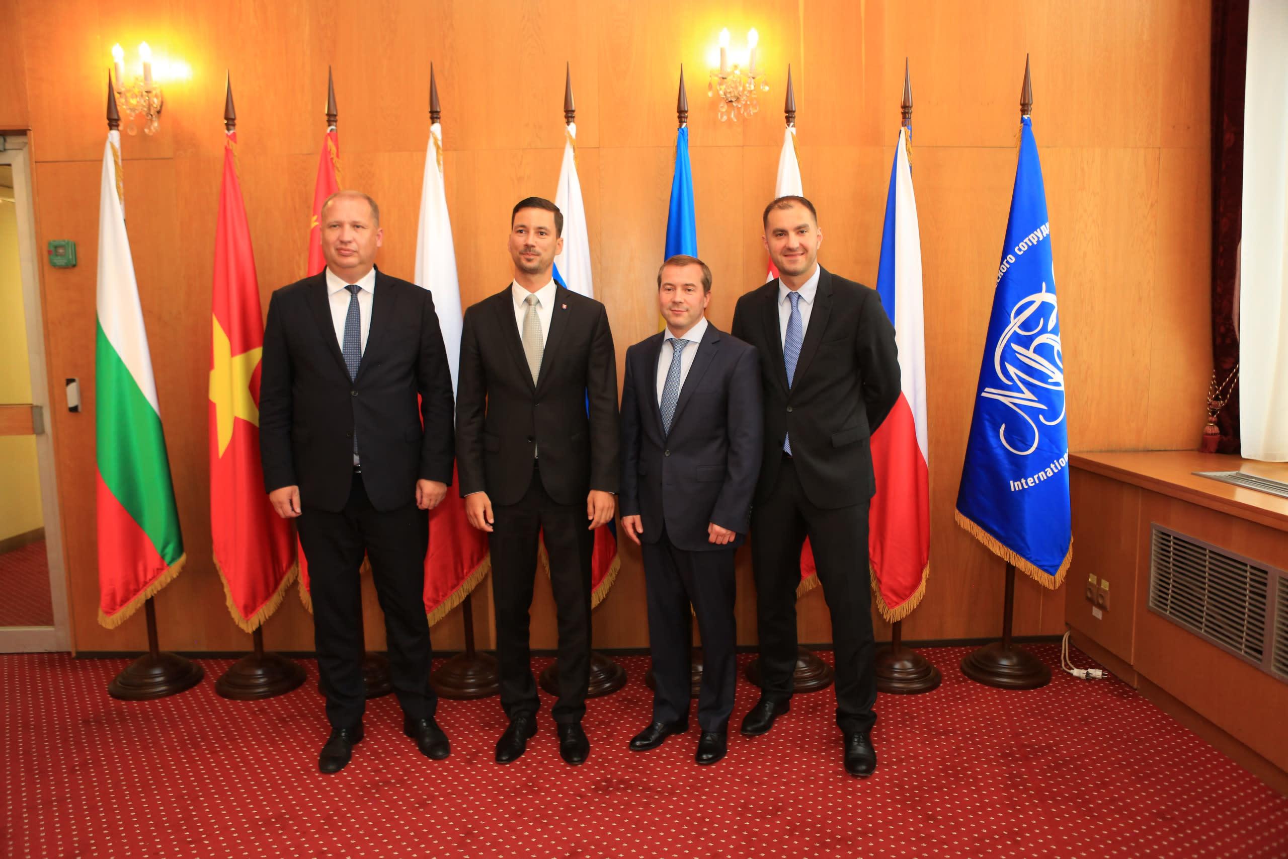 Словацкая Республика передала Российской Федерации Ратификационные Грамоты новых учредительных документов Международного инвестиционного банка и Международного банка экономического сотрудничества.