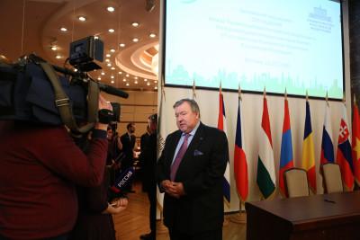 МИБ планирует инвестировать в России в крупные проекты в сфере транспорта и фармацевтики