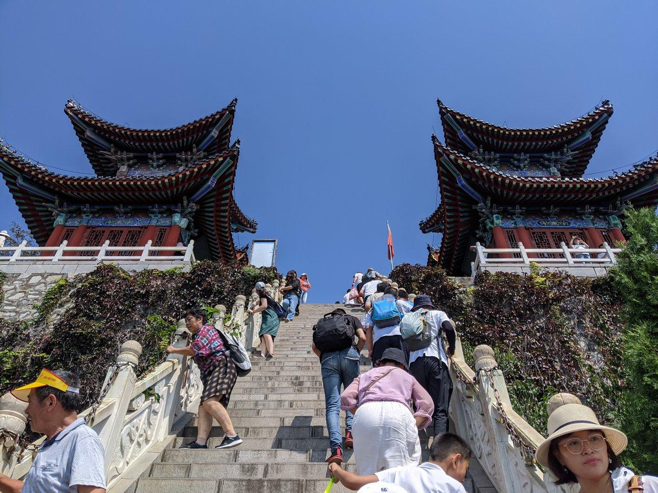 茱萸峰峰顶前的台阶