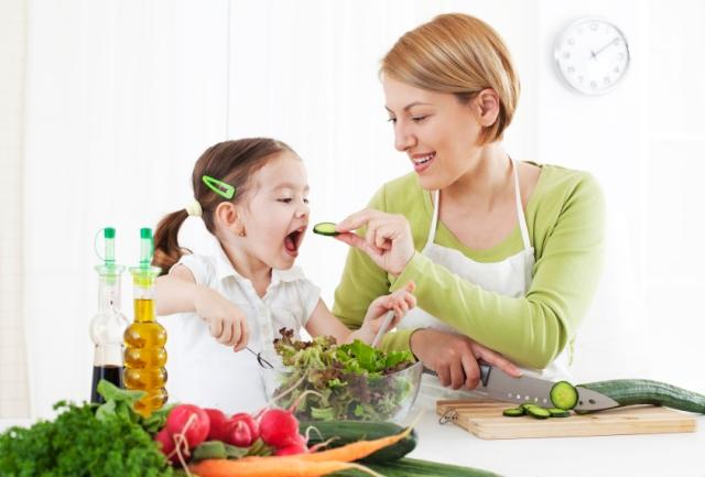 Berikan Senyuman saat Suapkan Sayuran untuk Anak