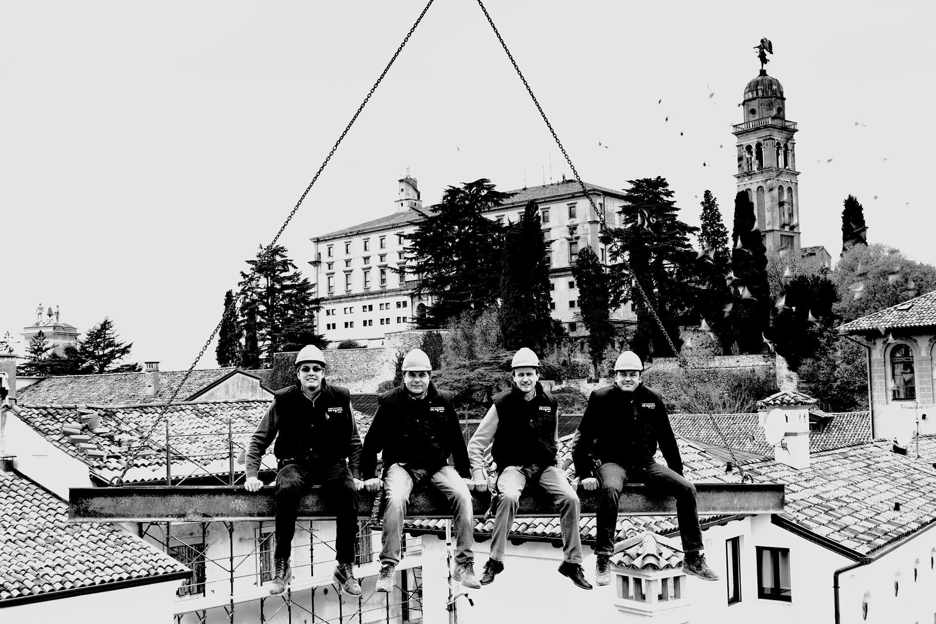 Una foto sortija degli operai edili dell'impresa Del Bianco Costruzioni