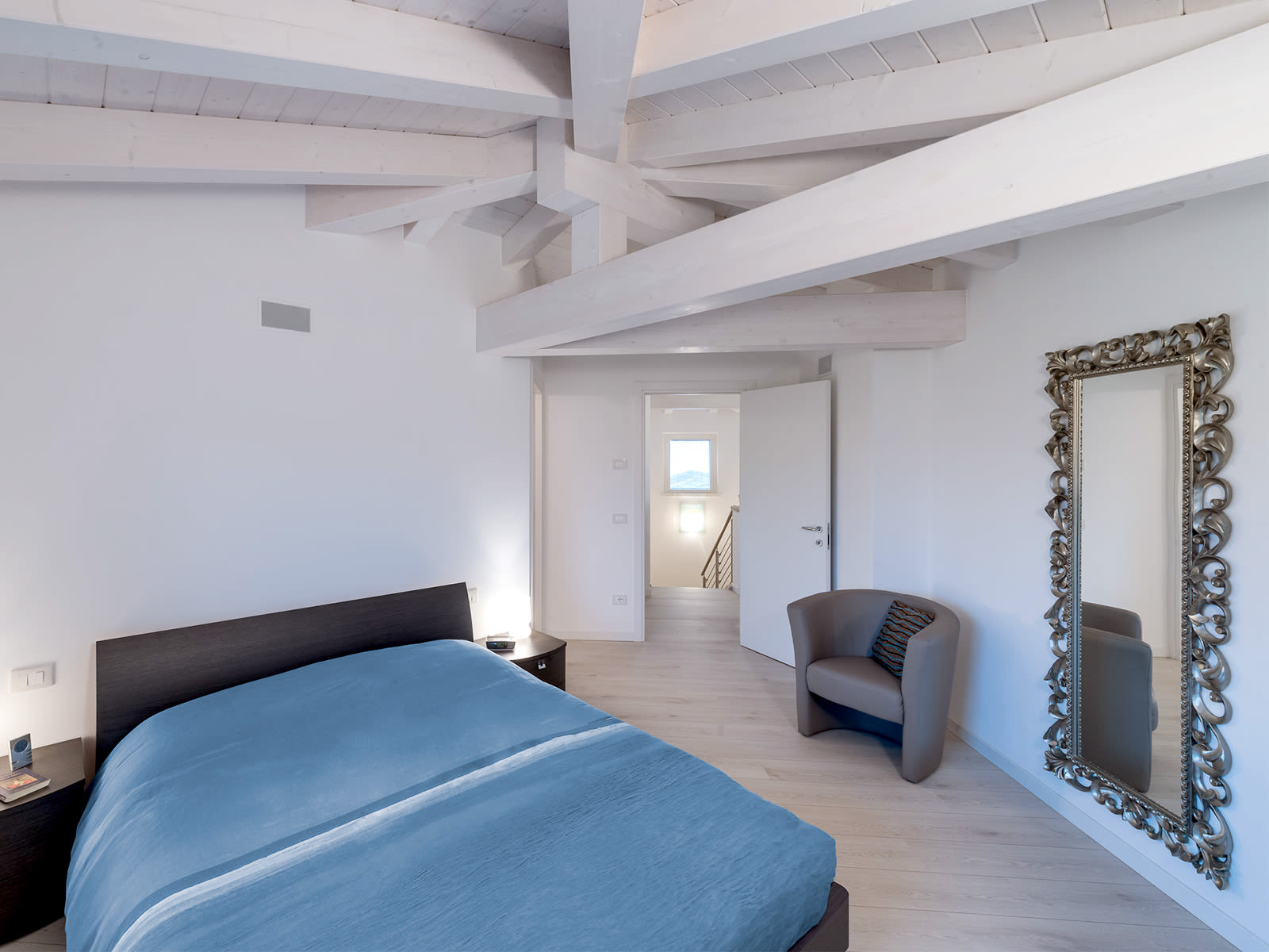 interno di un'ampia e luminosa camera di una nuova costruzione dell'impresa Rossi Fratelli