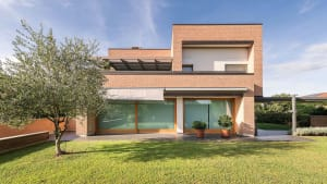 Casa moderna costruita con materiali naturali per la massima sostenibilità e consumi minimi