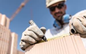 Dettaglio di una casa in mattoni durante la costruzione nel cantiere dell'impresa Rossi Fratelli di Udine, specializzata in bioedilizia in mattoni