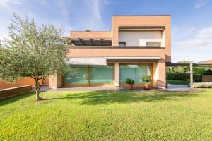Una casa ecologica in mattoni dell'impresa Rossi F.lli