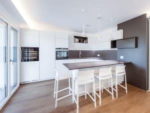 cucina moderna e luminosa in una casa di nuova costruzione