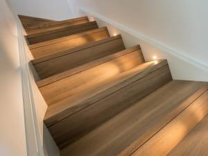 Un dettaglio delle scale in legno certificato di una casa Rossi F.lli