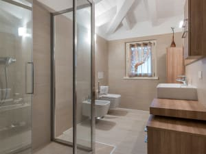 Vista del bagno di una casa moderna dell'impresa Rossi F.lli