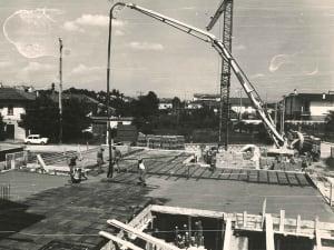 Un cantiere in bianco e nero che rappresenta la luna acarriera edile dell'impresa costruttrice Rossi F.lli