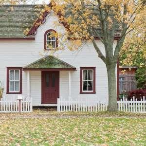 casa-madera-blanca-roja-valla