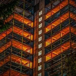 edificio-iluminado-en-rehabilitación