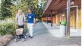 Spaziergang im Garten eines Alters- und Pflegeheims