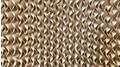 Wabenförmige Zellulosewände, die mit kaltem Wasser berieselt werden.