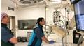 Das Team der LMU testet ein pulsierendes Herzmodell  © Carina Hopfner, LMU