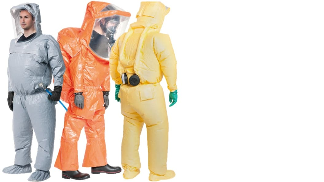 Diverse Schutzanzüge von TB Safety mit additiv gefertigten Kunststoffteilen