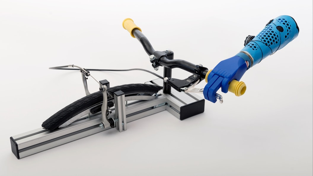 Hand prosthesis for bycicling