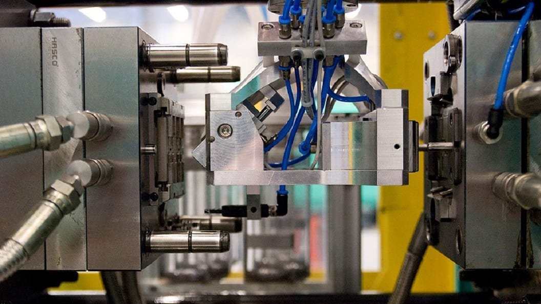 Spritzgiessmaschinen und Roboter kommunizieren untereinander, d. h. die Abläufe sind synchronisiert.