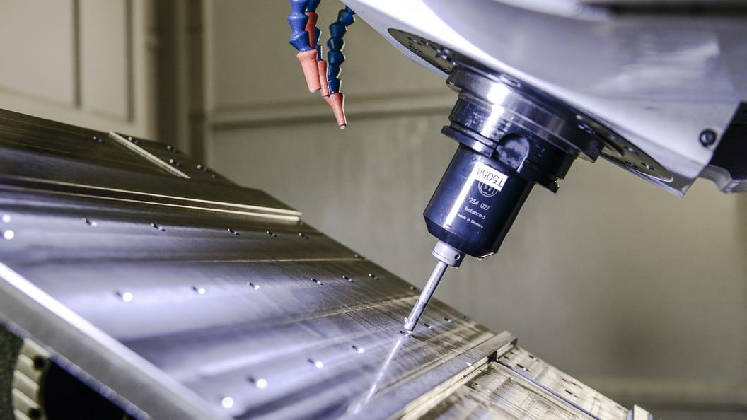 Die Maschinenkomponenten weisen 6 - 20 Bohrungen mit Senktiefen zwischen 5 und 44 mm auf .