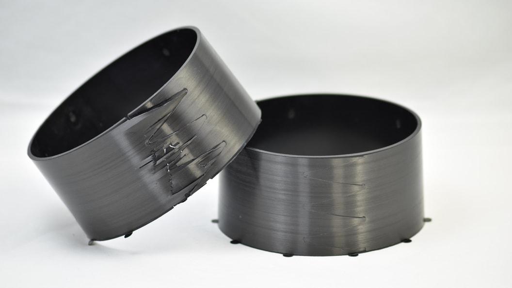 Thermoplast-Bauteil mit unidirektionaler Endlosfaserverstärkung (links nach Prüfung)