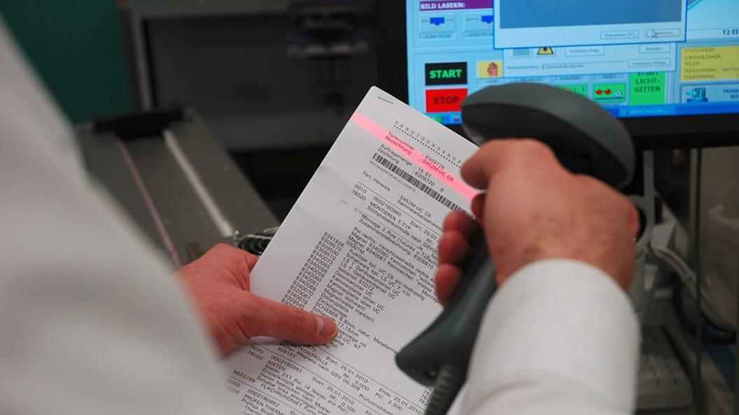 Einlesen des Barcodes von den Auftragspapieren