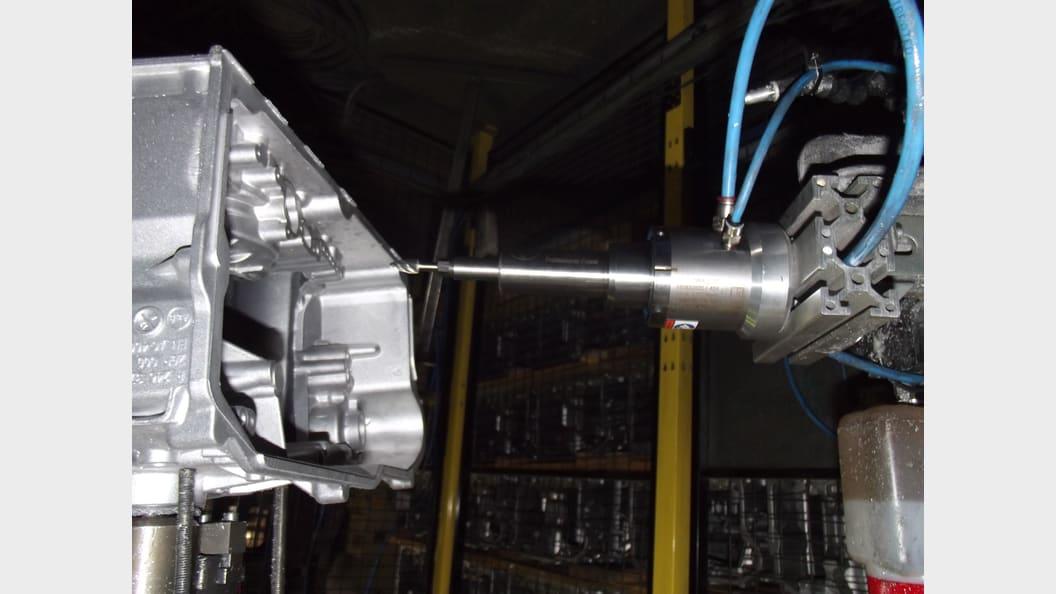 Die Spindel ist fest installiert, der Roboter führt das Bauteil. Das spart Zeit.