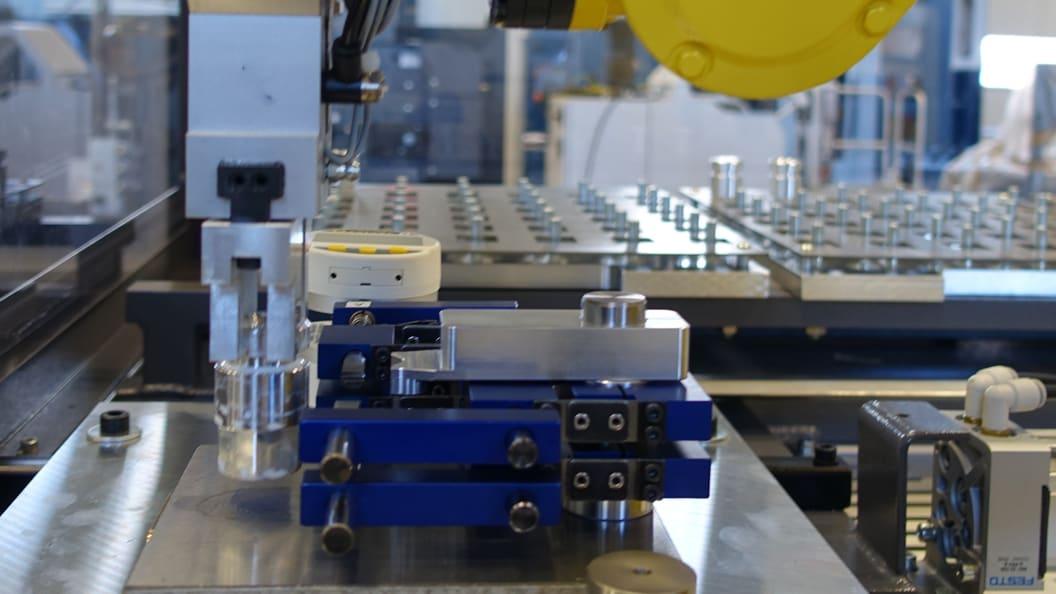 Sylvac Messgerät misst die Masse des Fertigungsstücks