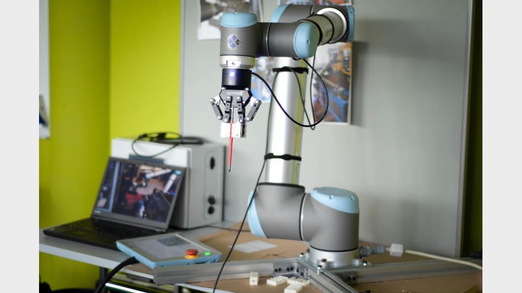Ein Studierender stellt seine Diplomarbeit zum Thema Robotik vor.