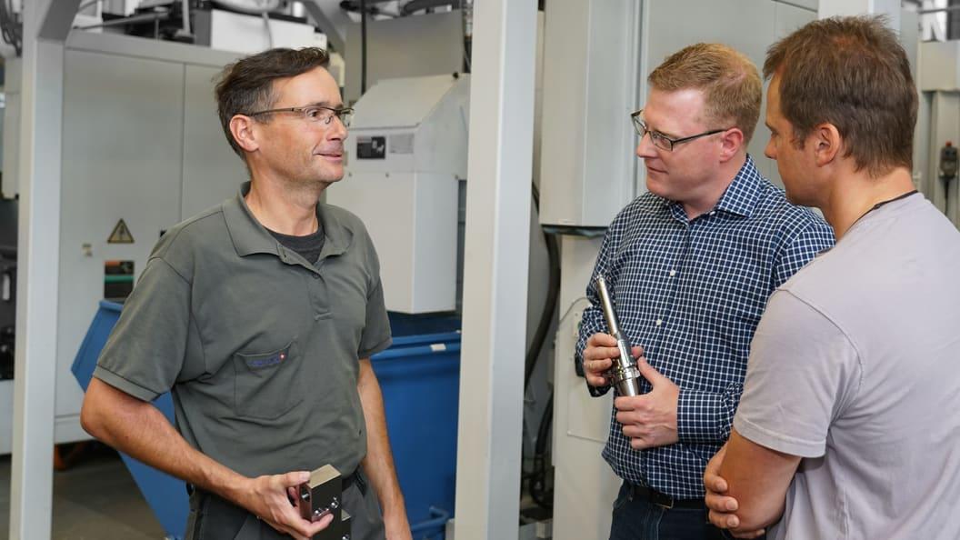 URMA Anwendungstechniker Kim Arnold im Gespräch mit Lässer Produktionsmitarbeiter
