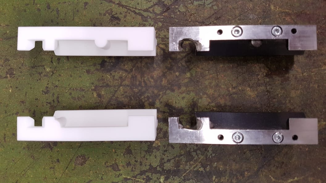 Roboter Greifer, rechts herkömmlich in Stahl, links neu im SLS Verfahren gedruckt